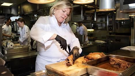 Ravintola Savoyta johtava Helena Puolakka pettyi hallituksen ravintolalinjauksiin.