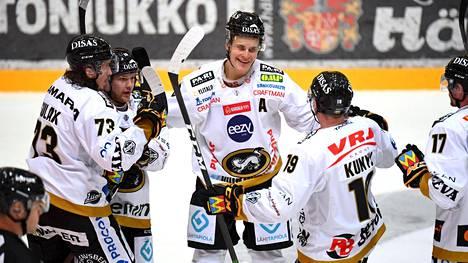 Koko Oulun Kärppien liigajoukkue on karanteenissa 27. lokakuuta asti. Neljä Kärppien ottelua siirtyy.