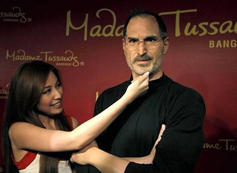 Thaimaalainen fani poseeraa Applen edesmenneest johtajasta, Steve Jobsista tehdyn vahanuken vierell. Vaha-Jobs on nytill Bangkokin Madame Tussaudsin vahakabinetissa kolmen kuukauden ajan.