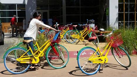 Googlen Kaliforniassa sijaitsevan pääkonttorin edessä on paljon yhtiön työntekijöilleen tarkoittamia polkupyöriä. Kuva ei liity varkaustapaukseen.