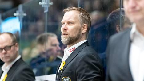Mikko Manner on Kärppien päävalmentajakautensa kovimmassa paikassa tällä hetkellä.
