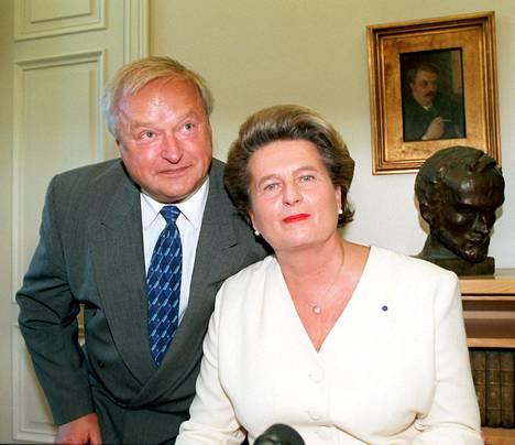 Topi Uosukainen oli vaimonsa Riitta Uosukaisen tukena tämän kirjanjulkistamistilaisuudessa Helsingissä 19. syyskuuta 1996.