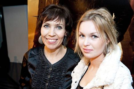 - Olen onnellinen ja kiitollinen, ettei Nenna-tyttärelleni tapahtunut mitään vakavaa, mutta kyllä jotkut säännöt tulisi sähköpotkulautojen käyttäjille tehdä, laulaja Anna Hanski sanoo. Kuvassa äiti ja tytär Mission Impossible -elokuvan ensi-illassa seitsemän vuotta sitten.
