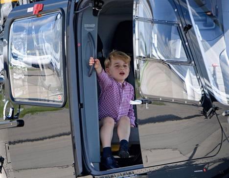 Prinssi George nautti helikopterilennosta. Prinssistä julkaistiin lukuisia kuvia, joissa hän istuu helikopterin kyydissä.