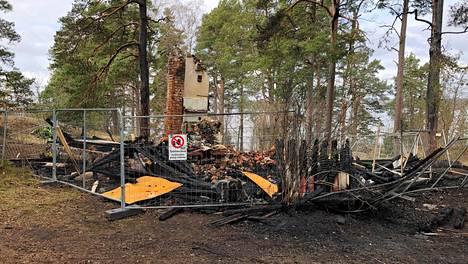 Villa Hällebosta jäivät jäljelle vain savuhormin tynkä ja kasa palanutta ja hiiltynyttä puuta.