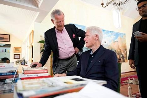 Yhdysvaltain entinen presidentti Bill Clinton (oik.) vieraili taannoin myös Andersuddessa, missä Anders Wiklöf esitteli hänelle taideaarteitaan.