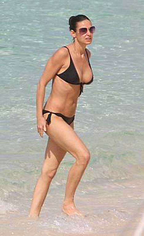 Demi Moore pulahti iltapäiväuinnille, kun hän oli viettämässä lomaa miehensä Ashton Kutcherin kanssa.