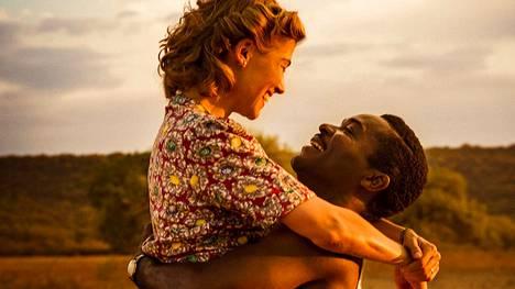 Rosamund Pike ja David Oyelowo tulkitsevat Betsuanamaan kruununprinssi Seretse Khaman ja englantilaisen Ruth Williamsin rakkaustarinan.