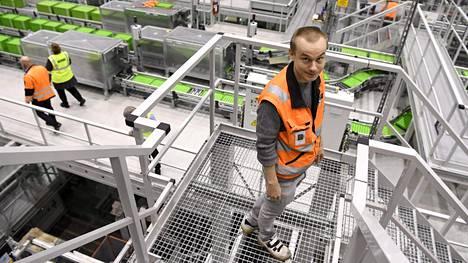 Pääkäyttäjä Ville Saari SOK:n logistiikkakeskus Inex Partnersilla Sipoossa.
