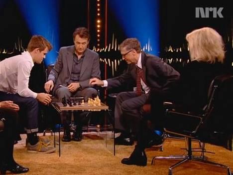 Carlsen ja Gates šakkilaudan äärellä.