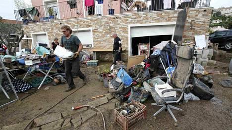 Asukkaat kantoivat veden tuhoamaa omaisuuttaan ulos taloista Ranskan Biotissa.