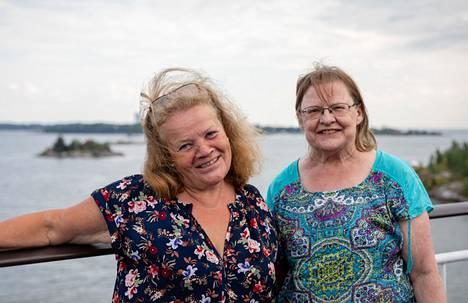 Eläkeläisrouvat Marja Vänskä ja Mirjo Mäkäräinen  paistattelivat hellepäivää Gabriellan takakannella, mutta laivan riennot he aikoivat jättää väliin.