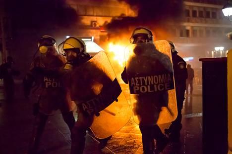 Väkivaltaiset mielenosoitukset valtaavat Ateenan kadut vuonna 2012. Jo tätä ennen maassa on nähty useita mielenosoituksia.