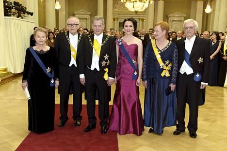 Rouva Eeva Ahtisaari, presidentti Martti Ahtisaari, presidentti Sauli Niinistö, rouva Jenni Haukio, presidentti Tarja Halonen sekä Pentti Arajärvi kuvattuna Linnan juhlissa 2015.