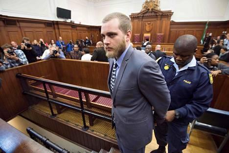 Henri Van Breda vietiin pois oikeudesta käsiraudoissa tuomion lukemisen jälkeen.
