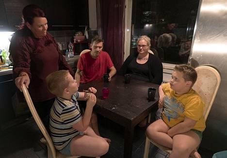 Savolaisten perheessä on iso peliongelma. Kotona on 4 televisiota ja 4 pelikonsolipistettä.