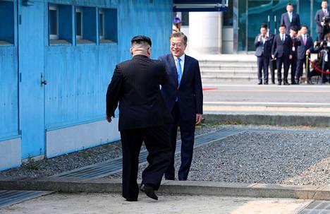 Kim Jong-un ja Moon Jae-in kättelivät toisiaan Pohjois-ja Etelä-Korean välisellä rajalla.