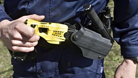 Poliisin ylijohto hyväksyi etälamauttimen viralliseksi voimankäyttövälineeksi vuonna 2005.
