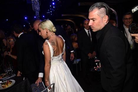 Lady Gaga ja Christan Carino Actors Guild Awards -gaalassa tammikuun 27. päivä 2019.