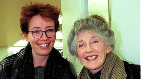 Emma Thompson äitinssä Phyllida Lawn kanssa 1998 Helsinki-Vantaan lentoasemalla.