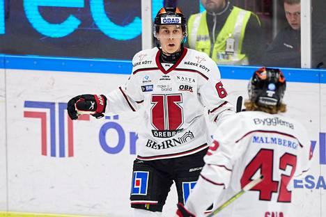 Robert Leino on yksi Örebron suomalaisista. Tässä Leino ja Salo juhlivat maalia.