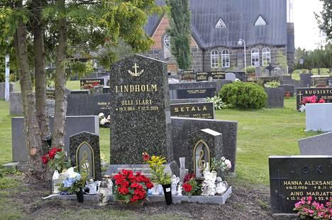 Olli Lindholmin sukuhauta sai uuden kiven, jonka ovat suunnitelleet hänen omaisensa.