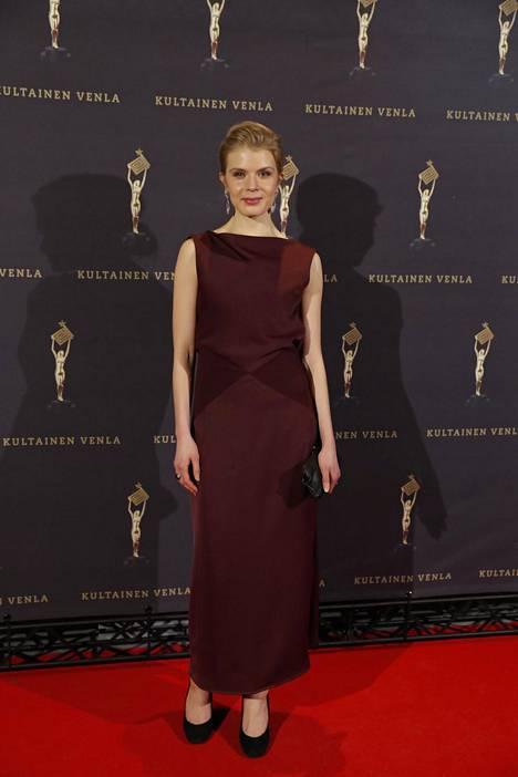 Näyttelijä Alina Tomnikov oli valinnut ylleen tyylikkään iltapuvun.