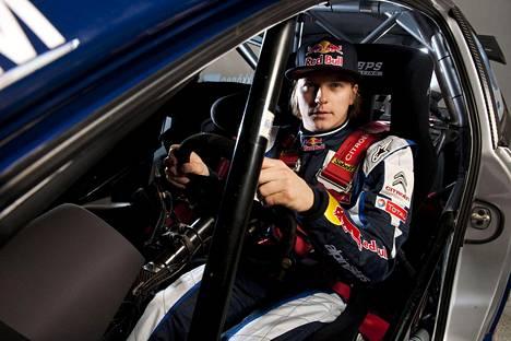 Kimi Räikkönen ralliauton ohjaimissa 2010.