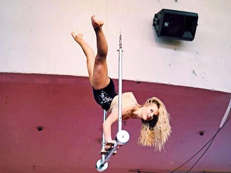 Ada Forsberg on ammatiltaan sirkustaiteilija.