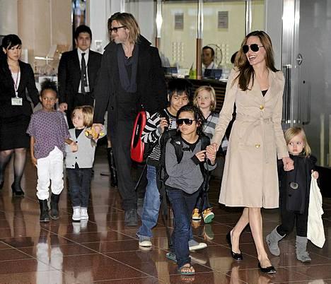 Näyttelijäpariskunta Brad Pitt ja Angelina Jolie kuuden lapsensa kanssa Tokyon lentokentällä marraskuussa. Brad Pitt osallistui Tokyossa Moneyball-elokuvansa ensi-iltaan.