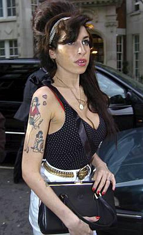 Vieroituksessa oleva Amy Winehouse ei saanut viisumia matkustaakseen Grammy-gaalaan, koska hän ei läpäissyt Yhdysvaltain lähetystön huumetestiä.