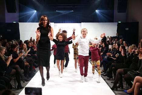 Upeaan pikkumustaan pukeutunut Minttu käveli lavalle lopuksi yhdessä lapsimallien kanssa.