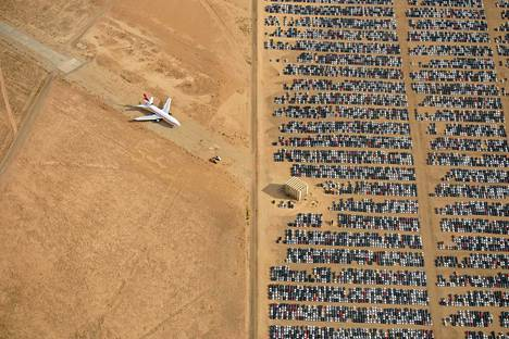 Hautausmaalla on myös lukuisia lentokoneita, joiden käyttöikä on päättynyt.