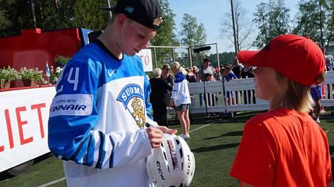 Justus Jokinen sai kypäräänsä Kaapo Kakon nimikirjoituksen Liedon juhlatilaisuudessa.