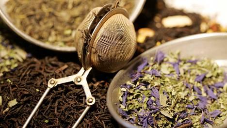 Teelaatu ja haudutusaika vaikuttavat valmiin teejuoman kofeiinipitoisuuteen.