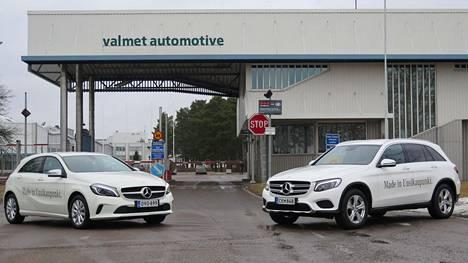 Uudenkaupungin autotehtaan päätuote on Mercedes-Benzin A-sarja (vasemmalla). Ohessa valmistetaan myös katumaasturikorista GLC:tä, jonka tuotanto on pian täydessä vauhdissaan. Tulevaisuudessa tontille on nousemassa myös uuteen kiinalaisomistukseen ja sähköautojen murrokseen tukeutuva akkutehdas.