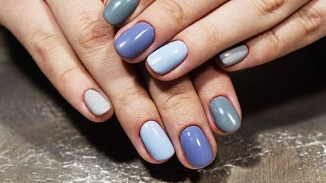 Kynsiä lakataan nyt esimerkiksi yhteen sointuvilla mutta keskenään erilaisilla sävyillä. Vinkki! Siniset sävyt ja esimerkiksi salvianvihreä ovat hetken trendivärejä.