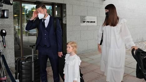 Joona Toiviota odotti Tiia-vaimo ja lapset.