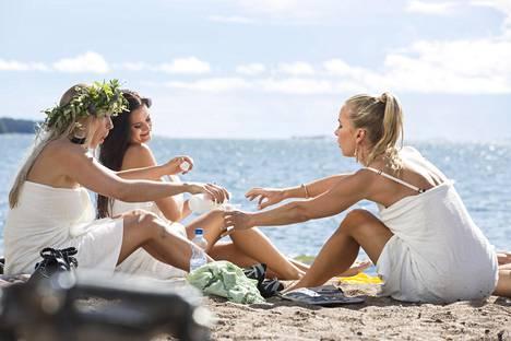 Monika Lindeman (vas.), Johanna Puhakka ja Nora Rinne hupsuttelivat rantakohtauksessa. –Olihan se merivesi vähän vilpoista, muttei niin kylmää kuin mitä kuvittelin, Lindeman arveli.