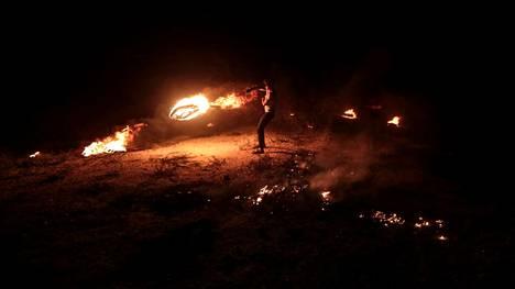 Palestiinalaismielenosoittaja heitti palavan ammuksen israelilaisjoukkojen suuntaan tiistaina.