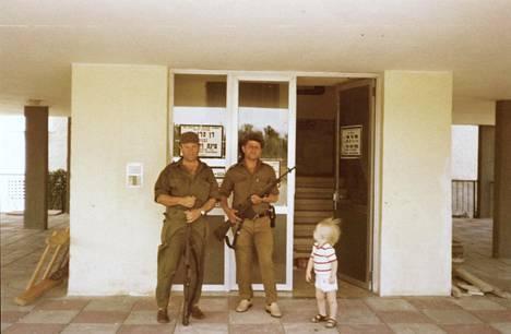Tästä ulko-ovesta terroristit tunkeutuivat Anja Banksin asuintaloon. Iskun jälkeen Israelin armeija asetti ovelle vartion.