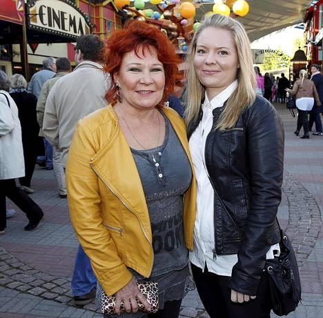 Kesällä paljon keikkailevan Vicky Rostin seurana oli Ella-tytär.