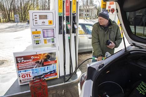 Eduard oli tankkaamassa autonsa lisäksi bensaa kanisteriin. Hän oli huomannut kalareissullaan ohi ajaessaan halvan hinnan ja pysähtyi oitis tankkaamaan.