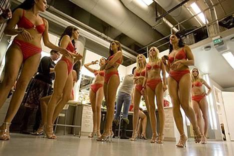 Miss Suomi -finalistit ovat pettyneitä ensi lauantain finaalijärjestelyihin. He saavat kukin tuoda paikalle ainoastaan kaksi vierasta.