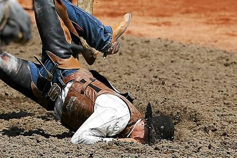 Yhdysvaltalainen Joe Roberson lensi naama edellä hiekkaan Wide Awake -hevosen selästä.