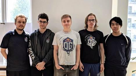 """OG:n pelaajat ensimmäistä kertaa yhdessä kesäkuussa 2018. Kuvassa vasemmalta oikealle: Jesse """"JerAx"""" Vainikka, Sebastien """"Ceb"""" Debs, Johan """"n0tail"""" Sundstein, Taavitsainen ja Anathan """"ana"""" Pham."""