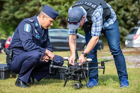 Ylikomisario Sami Hätönen ja poliisin drooni-lennättäjä valmistelevat lennokkia testiä varten.