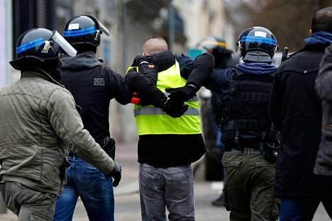 Poliisi on pidättänyt mielenosoituksiin osallistuneita häiriköitä.