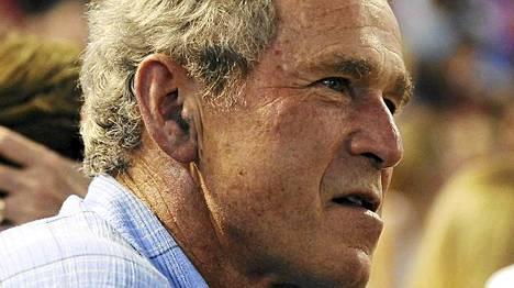 Eläkepäiviä viettävä George W. Bush kuvattiin vastikään baseball-ottelussa. Ihmisoikeusjärjestö ei halua unohtaa kidutuskohua.