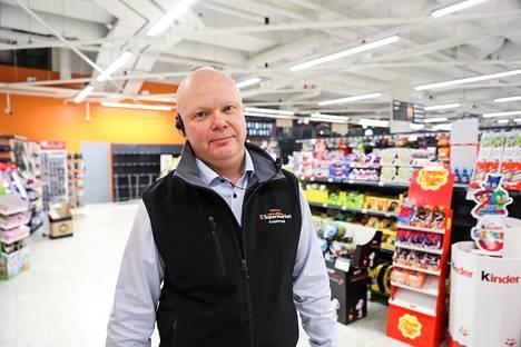 Kauppias Petri Miettinen kertoo, että kotonaan aikaa viettävät ihmiset ovat innostuneet sisustamaan.